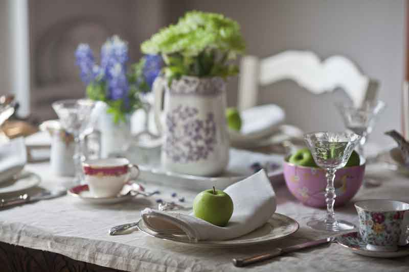 spring-tablescape-with-green-apples