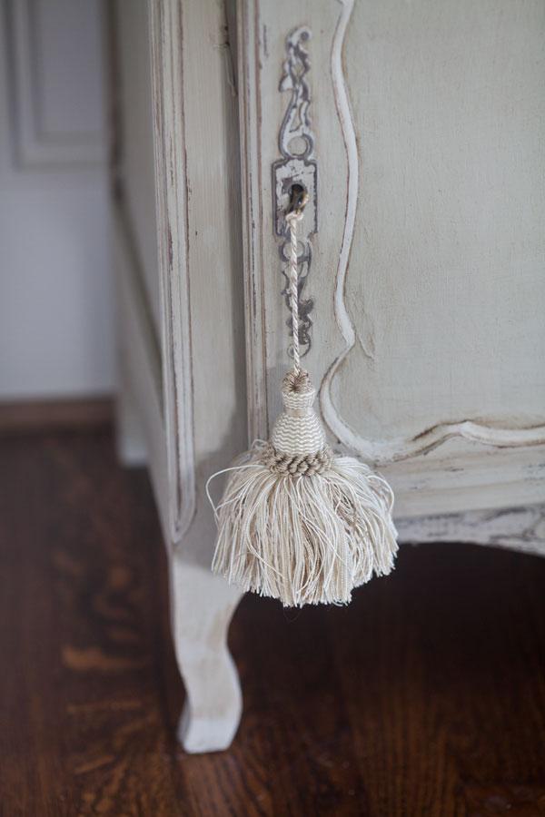 French-cupboard-leg