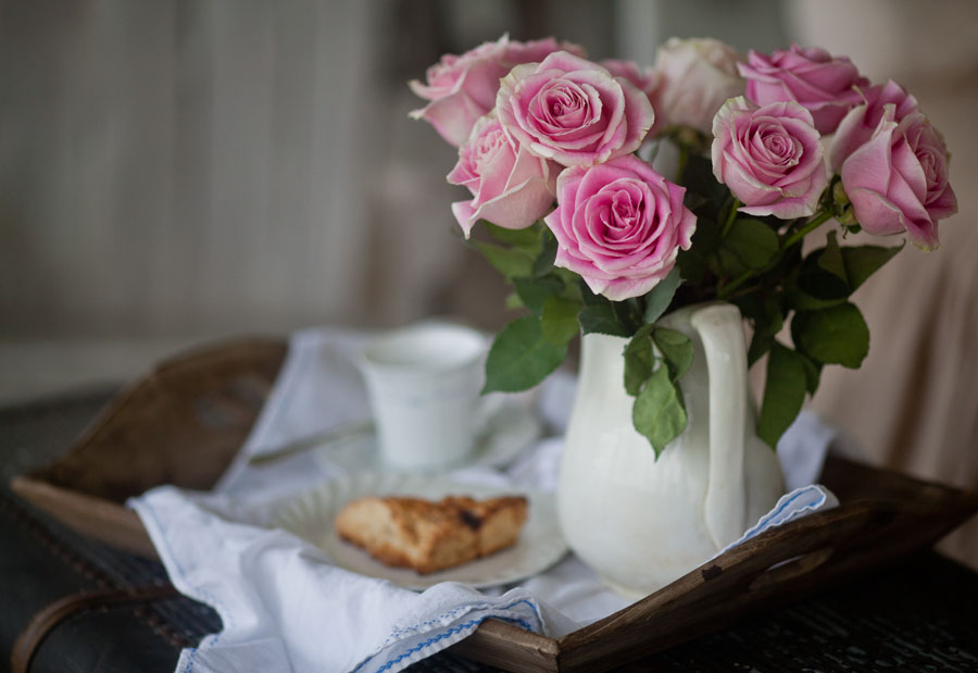 scone-and-pink-roses