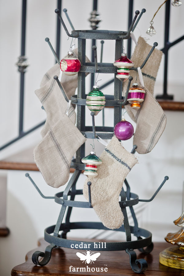 cup-rack-with-vintage-ornamaments