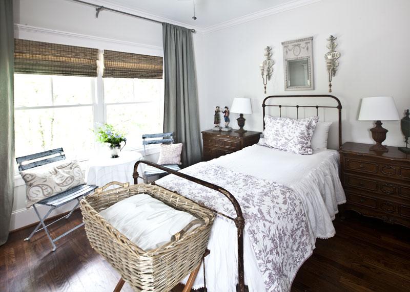 purple-bedding-iron-bed