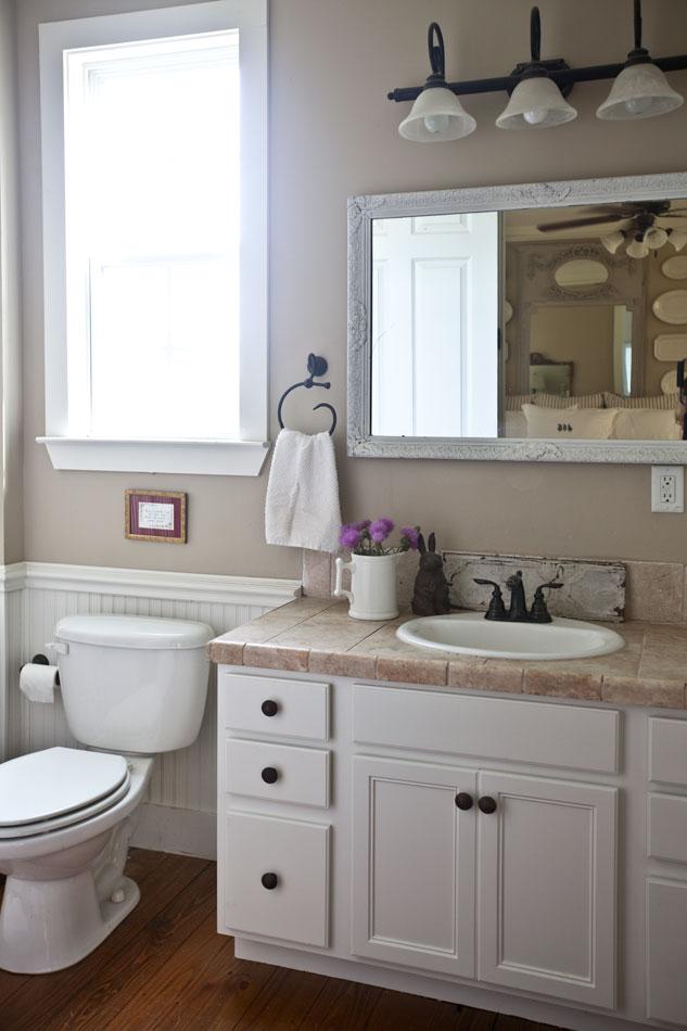 bath-with-white-mirror