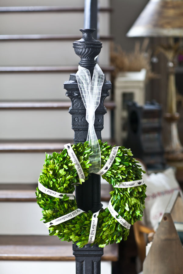 wreath-on-newel-post