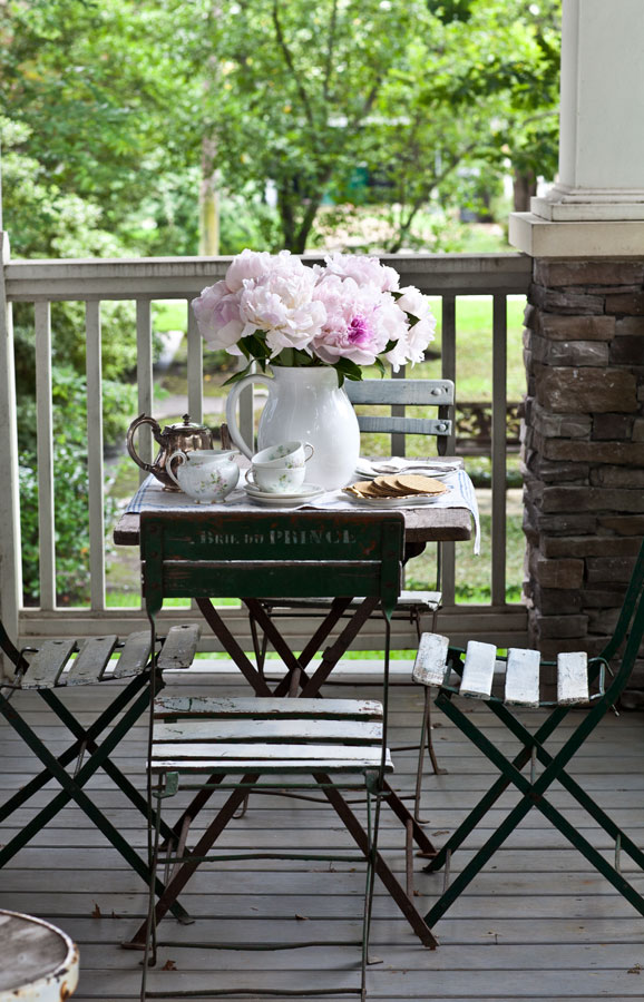 front-porch-table-and-flowers