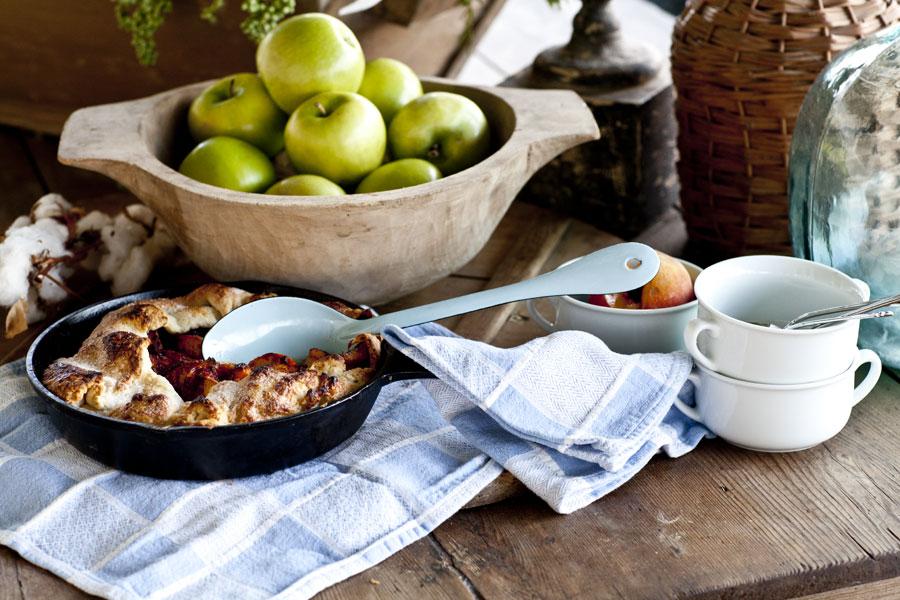peach-pie-on-farmhouse-table