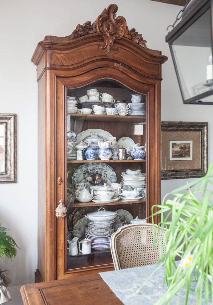 decorate a hutch breakfast room